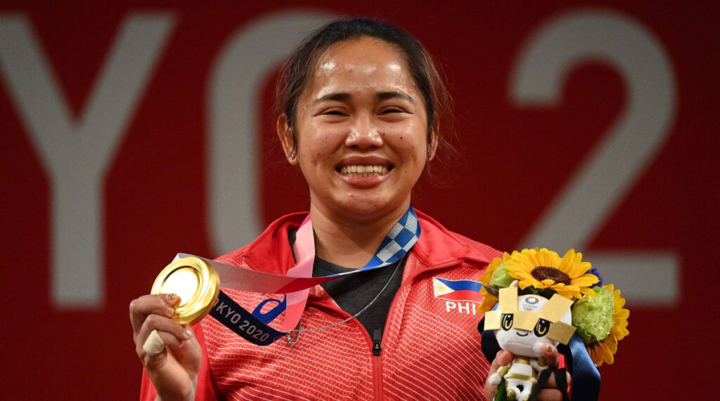 Philippines weightlifter wins the country's first gold ...